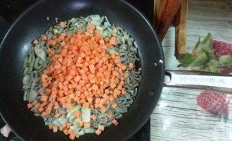 Шаг 6: Спассеруйте лук и морковь в небольшом количестве масла.