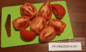 Шаг 6: Помидоры крупно нарежьте. Можно взять помидоры черри и не резать их.