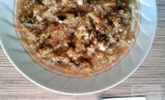 Шаг 6: Когда каша настоится, добавьте в нее мед, грецкие орехи и перемешайте.