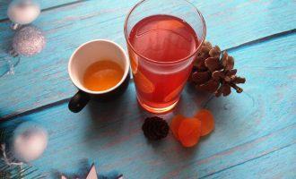 Шаг 5: В остывший узвар можете добавить мед по вкусу.