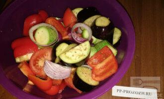 Шаг 7: Смешайте все овощи в подходящей емкости, добавьте любимые специи и оливковое масло. Хорошо перемешайте и оставьте пропитаться минут на 15.