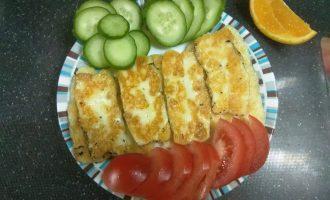 Шаг 6: Выложите жареный сыр к овощам и подавайте.