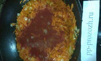 Шаг 6: Налейте в сковороду немного масла и спассеруйте овощи, затем влейте сок и готовьте 10 минут.