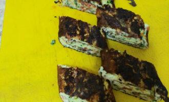 Шаг 16: Нарежьте на порционный кусочки. Омлет готов. Приятного аппетита!