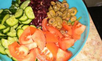 Шаг 6: Нарежьте оливки и добавьте в салат.