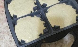 Шаг 10: Вылейте по 1 половнику в каждую форму для вафель.