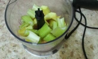 Шаг 4: Помойте стебель сельдерея, мелко нарежьте, добавьте в чашу. Добавьте 50 милилитров воды.