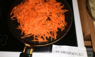 Шаг 8: Обжарьте морковь на среднем огне с добавлением воды.