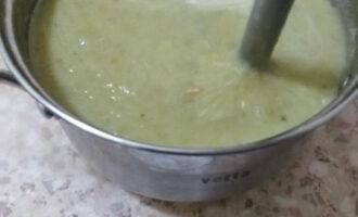 Шаг 13: Возьмите погружной блендер и измельчите суп в пюре. Добавьте соль и другие специи.