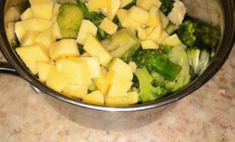 Шаг 4: Добавьте картофель к капусте.