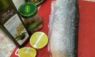 Шаг 1: Подготовьте ингредиенты. Рыба должна быть уже потрошенная и размороженная.