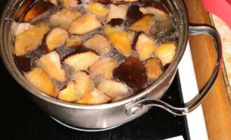 Шаг 2: Залейте грибы водой и отправьте вариться до закипания.