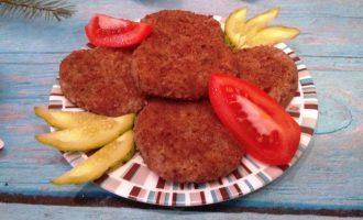 Шаг 7: Подавайте гречаники с овощами.