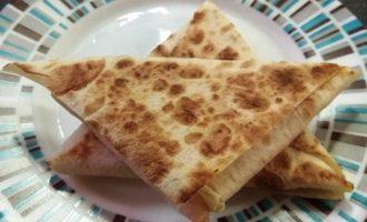 Шаг 8: Обжарьте лаваш на сковороде без добавления масла. Сулугуни расплавится и будет тянуться.