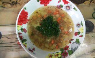 Шаг 9: Подавайте суп со свежей зеленью.