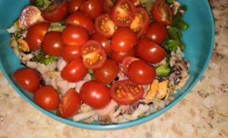 Шаг 4: Переложите в салатницу, добавьте нарезанные помидоры черри.