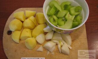 Шаг 2: Мелко нарежьте картофель, лук и сельдерей.
