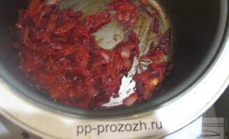 """Шаг 6: Готовьте заправку для борща в мультиварке, без масла. Выложите лук, морковь и свеклу в чашу. Готовьте на режиме """"Тушение"""" 15 минут. Затем добавьте 2 столовые ложки воды и томатную пасту и готовьте еще 10 минут."""