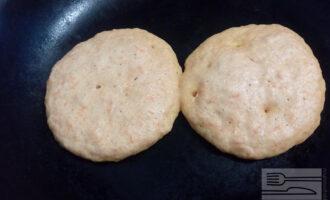 Шаг 7: На разогретую, сухую сковороду наливайте по две столовых ложки теста на каждый блинчик. Когда поверхность покроется пузырьками, переверните блинчик на другую сторону.