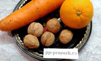 Шаг 1: Подготовьте ингредиенты для салата: апельсин, морковь, грецкие орехи.