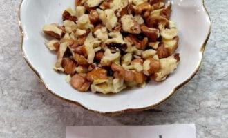 Шаг 5: Грецкие орехи почистите и измельчите.
