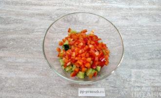 Шаг 3: Нарежьте красный сладкий перец.  Лучше, если Вы возьмете именно красный перец, а не любого другого цвета.
