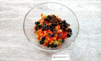 Шаг 4: Нарежьте каждую маслинку на 4 части.
