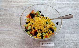 Шаг 5: Добавьте консервированную кукурузу. Или можете взять замороженную кукурузу, предварительно ее отварив.