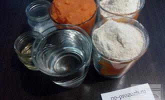Шаг 1: Подготовьте ингредиенты для блинов: пшеничную и цельнозерновую муку, морковное пюре, рафинированное оливковое масло, воду, соль, соду и сахарозаменитель.