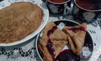 Шаг 7: Готовые блины складывайте стопочкой на тарелку. Подавайте с вареньем или сиропом.