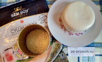 Шаг 1: Подготовьте ингредиенты: листы нори, адыгейский сыр, кунжут.