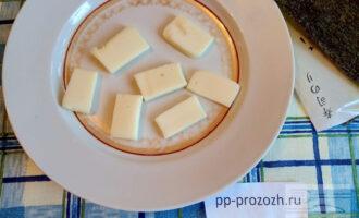 Шаг 2: Сыр нарежьте продолговатыми ломтиками толщиной 1 сантиметр.