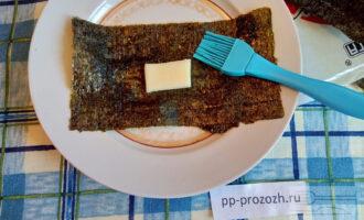 Шаг 4: Выложите сыр на глянцевую сторону нори, смажьте лист водой, чтобы он клеился.
