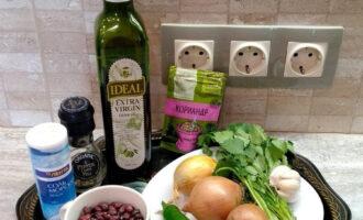 Шаг 1: Подготовьте ингредиенты для приготовления лобио: фасоль, лук, зеленый жгучий перец, кинзу, кориандр, соль, перец, растительное масло, чеснок.