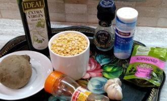 Шаг 1: Подготовьте ингредиенты для веганской колбасы: колотый горох, чеснок, мускатный орех, кориандр, смесь перцев, свеклу, оливковое масло, морскую соль.