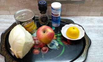 Шаг 1: Подготовьте ингредиенты для салата: яблоко, капусту, кукурузу, лимонный сок, соль, перец.