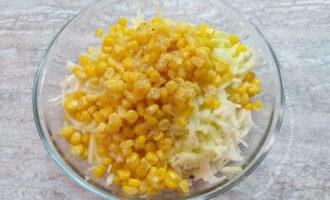 Шаг 4: Кукурузу откиньте на дуршлаг и слейте жидкость. Добавьте кукурузу к капусте с яблоком. Добавьте лимонный сок и приправьте солью и перцем.
