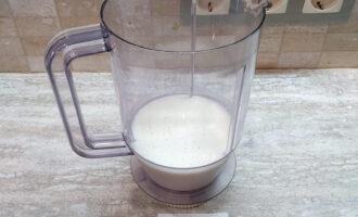 Шаг 2: Вылейте в стакан блендера кефир. Кефир можно разбавить или полностью заменить минеральной водой.