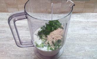 Шаг 4: Нарежьте зелень и добавьте в стакан блендера. Добавьте отруби и соль.