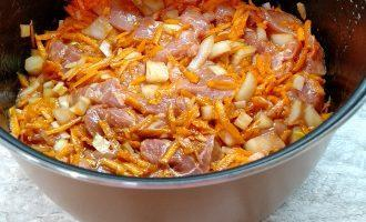 Шаг 5: Поперчите, добавьте томатную пасту и перемешайте.