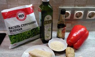 Шаг 1: Подготовьте ингредиенты для тофу с овощами: тофу, стручковую фасоль, перец красный сладкий, оливковое масло, соевый соус, имбирь, чеснок, кунжут.