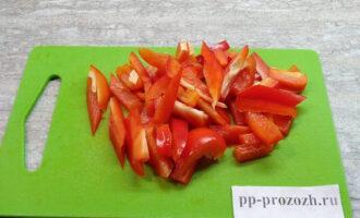 Шаг 3: Нарежьте перец соломкой.