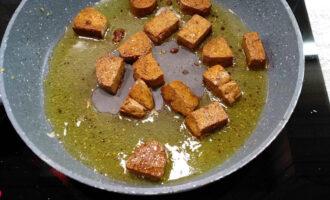 Шаг 7: Обжарьте в масле из-под чеснока с имбирем тофу до золотистой корочки и выложите его в миску.