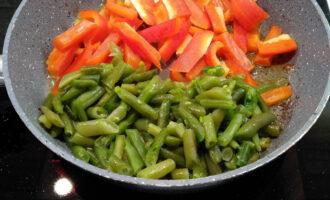 Шаг 8: В этой же сковороде обжарьте перец и фасоль в течение 2х минут.