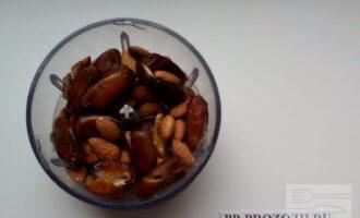 Шаг 2: Выложите миндаль, финики и льняное масло.