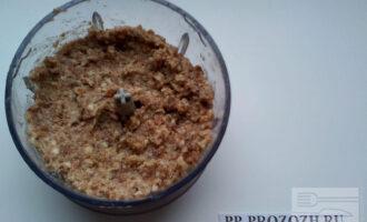 Шаг 3: Измельчите миндаль, финики и льняное масло в блендере.