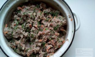 Шаг 6: Добавьте в фасоль морковь, рубленую зелень кинзы, перец чёрный молотый, паприку, кориандр, лимонный сок и хорошо перемешайте.