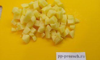 Шаг 3: Картофель почистите, помойте и нарежьте небольшими кубиками. Опустите картофель вариться.