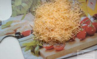 Шаг 5: Сыр натрите на мелкой тёрке.