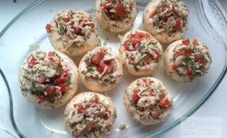 Шаг 8: Все ингредиенты перемешайте, добавьте перец чёрный молотый, лимонный сок, оливковое масло и заполните смесью шляпки грибов. Запекайте в разогретой до 200 градусов духовке 20 минут.